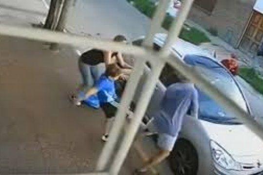 un nene de 8 anos defendio a patadas a su madre y le pego a uno de los delincuentes en un asalto