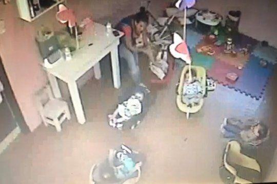 imagenes sensibles: asi maltrataban a una bebe de 4 meses en un jardin de la plata