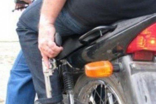 Dos ladrones en moto intentaron asaltar y balearon a un teniente