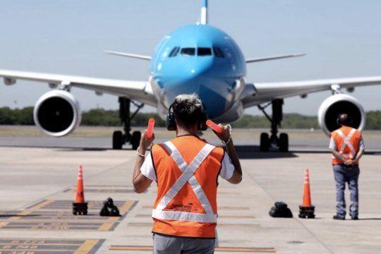 Aplausos, emociones y lágrimas en la llegada del vuelo de Aerolíneas Argentinas con el cargamento de vacunas Sputnik V