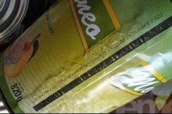 La lata de pera al natural con fecha de vencimiento claramente adulterada