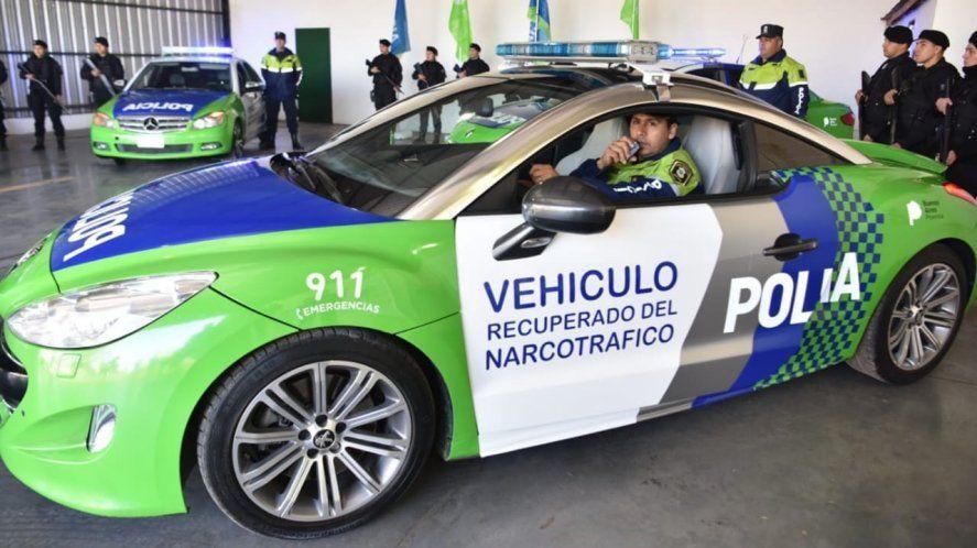 El Peugeot RCZ durante la presentación como patrullero. Duró cuatro meses en servicio. De fondo