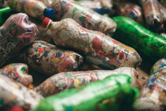 eco-ladrillos, la nueva forma de construir reciclando basura, cuidando el planeta y ahorrando en materiales