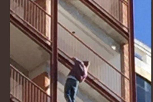 doble de riesgo: mira como trabaja un pintor colgado de un decimo piso y sin medidas de seguridad