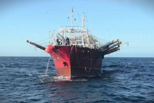 desesperado pedido de la tripulacion de un buque pesquero: ?si este barco sale, se va a hundir?