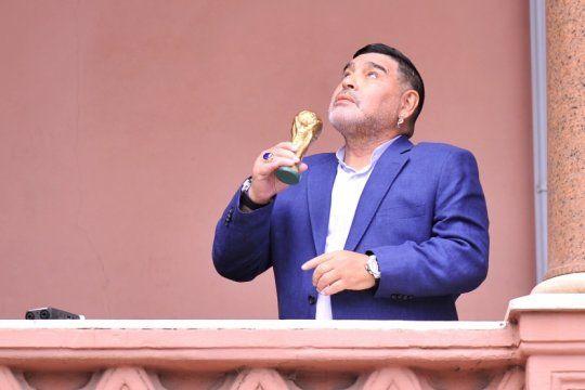 como en el ´86: maradona y la copa del mundo se reencontraron en el balcon de la rosada