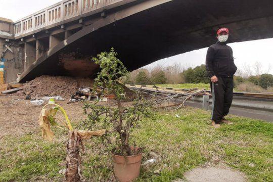 ?me dejaron a la intemperie?: vive bajo un puente y le prendieron fuego su casa