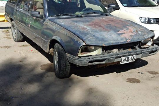 De este auto se arrojó la mujer de 42 años, víctima de violencia de género