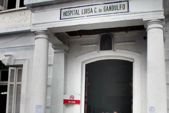 La mujer de 28 años quedó internada en grave estado en el Hospital Gandulfo