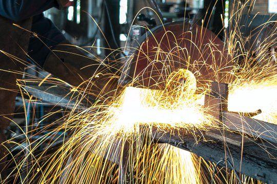 La producción metalúrgica desaceleró su caída