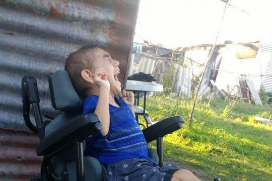 una ayuda para agustin: tiene 5 anos, sufre paralisis cerebral y necesita una silla de ruedas para ir a clases