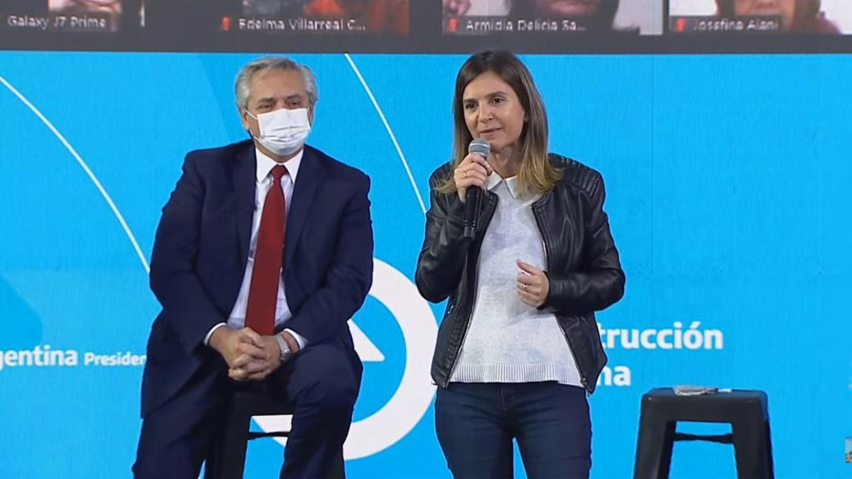 La directora ejecutiva de ANSES, Fernanda RAverta, junto al presidente Alberto Fernández