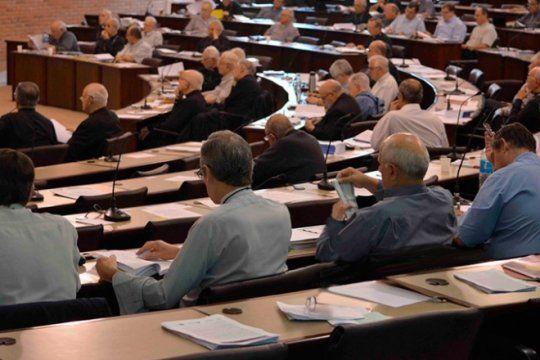 un episcopado dividido entre duros y blandos se reune para discutir la relacion con macri