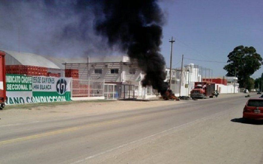 Coca Cola no paga salarios y los trabajadores bloquean el ingreso a la planta
