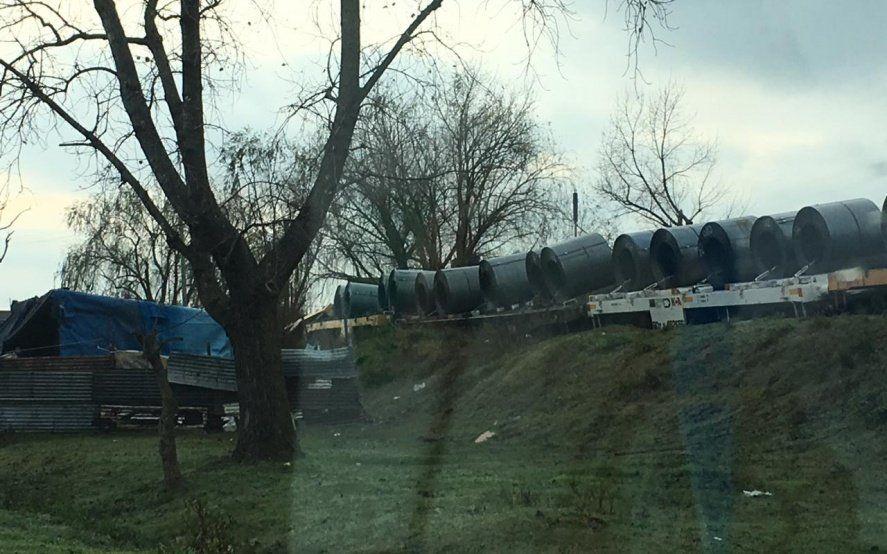 Descarriló un tren de carga en La Plata y casi vuelca cerca de un grupo de viviendas