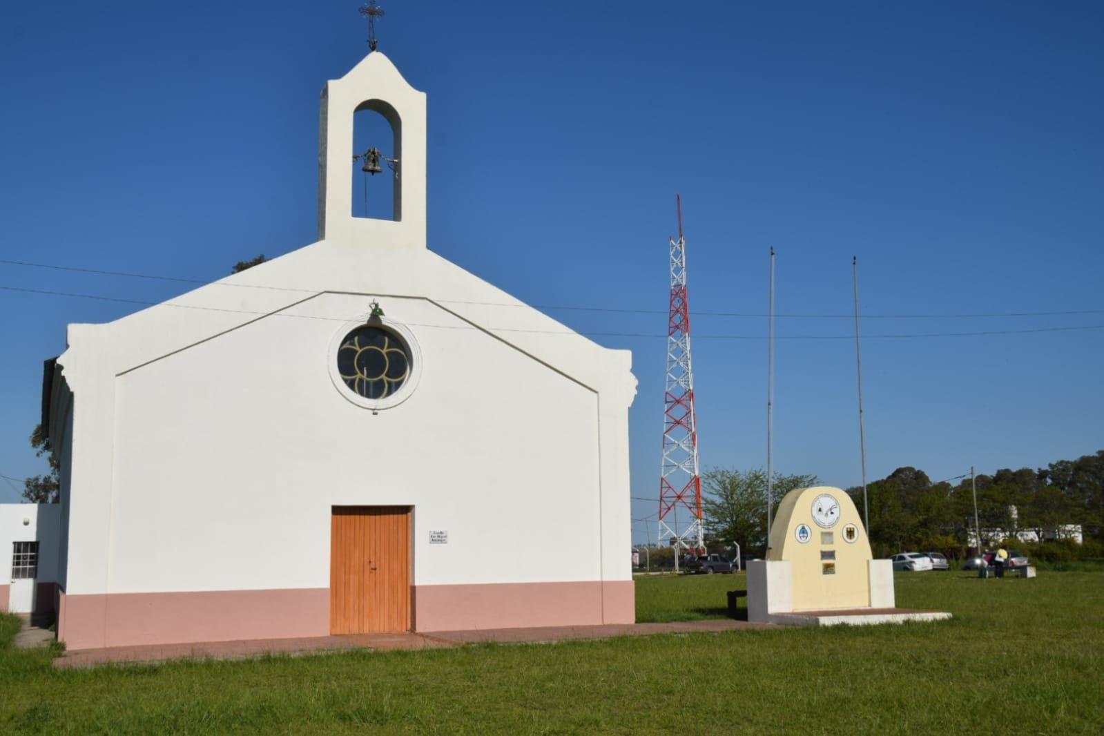 La inmensa antena de telefonía que estropea el paisaje de la capilla de San Miguel Arcángel en Colonia Nievas