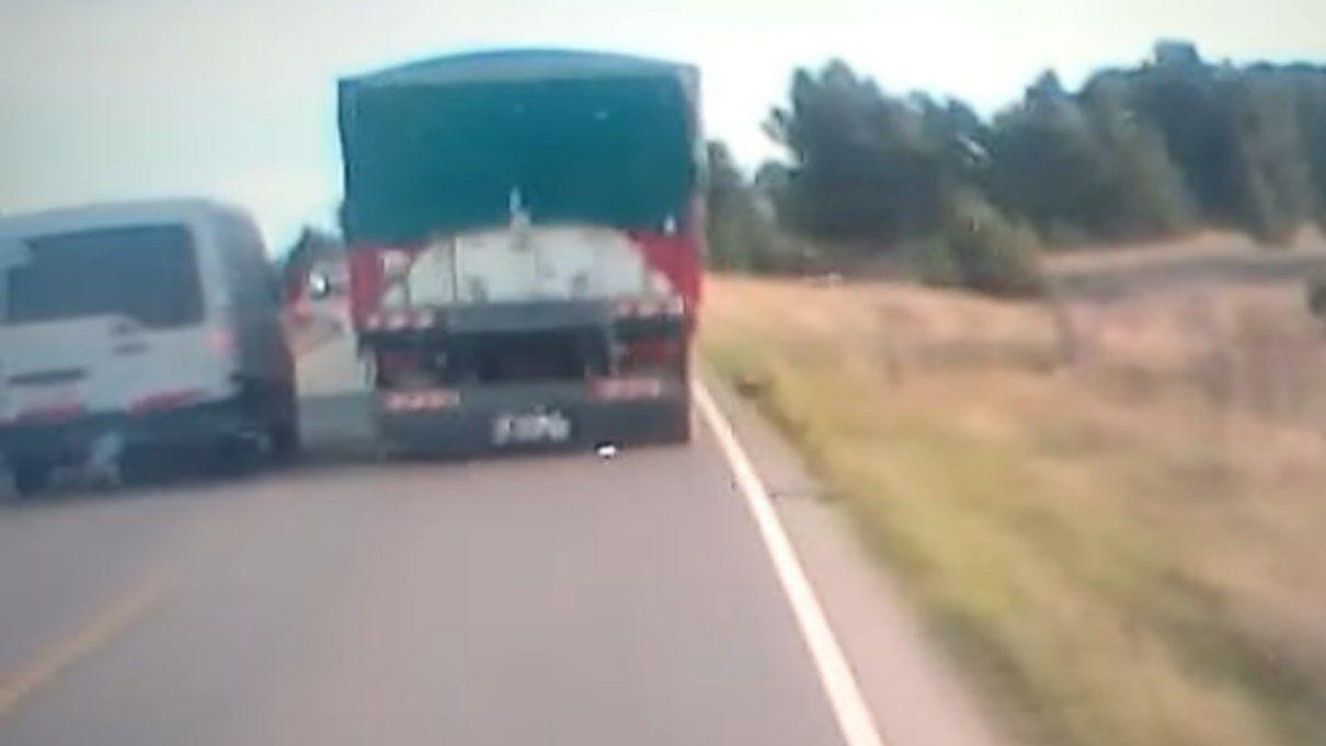 adelanto a un camion en una curva, casi provoca una tragedia y le sacaron la licencia