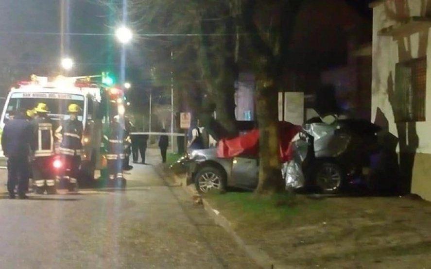 San Miguel del Monte: dos muertos y un herido grave tras el choque de un auto contra un árbol