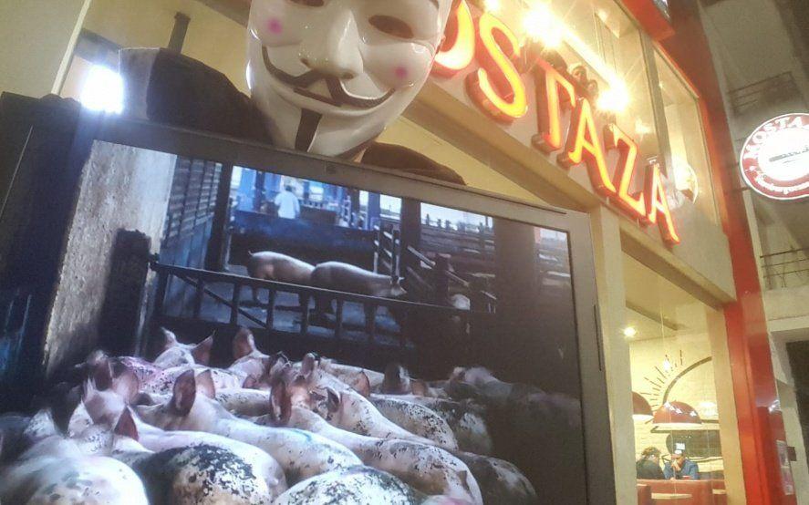 Liberación animal: con carteles y máscaras, activistas veganos muestran qué hay detrás de la producción de hamburguesas