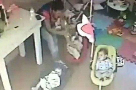 la justicia platense ordeno la detencion de la docente que maltrato a una beba de 4 meses