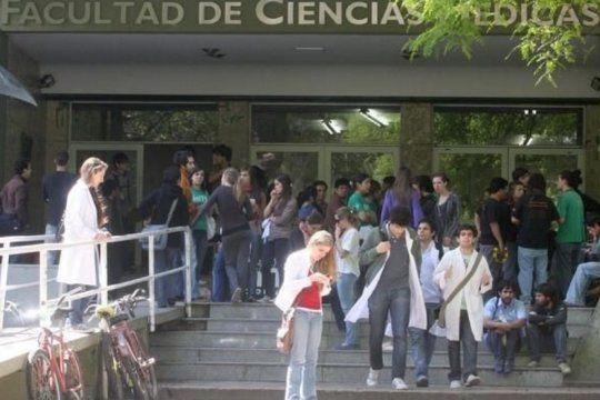 polemica en medicina: renuncio un historico profesor por superpoblacion en las aulas