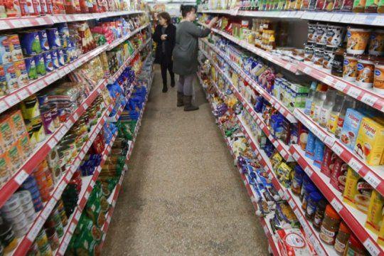 las familias argentinas ya usan menos el auto y comen menos carne y leche