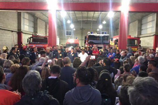 villa gesell: emotivo homenaje a los bomberos y a vecinos que combatieron el fuego