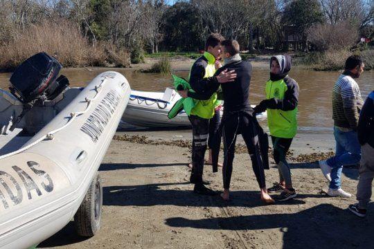 mas de 160 efectivos buscan a los dos pescadores perdidos en el rio de la plata