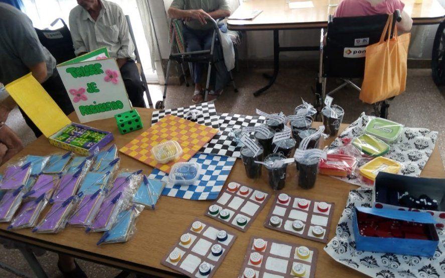 """""""Nunca es tarde para jugar"""": Internas de la cárcel de Magdalena donaron juegos a un asilo de ancianos"""