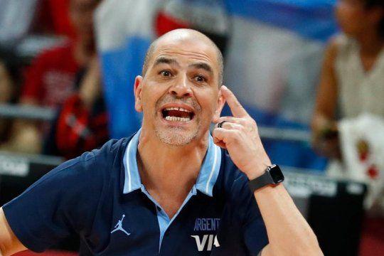Oveja Hernández usando la cabeza: pidió disculpas por una frase desafortunada y dio una lección en España.