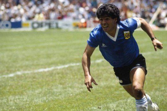 Diego Maradona festeja el gol del siglo