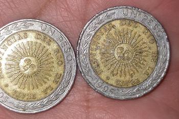 Las monedas de 1 peso con el error no son valiosas para los coleccionistas