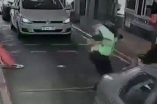 Intentó colarse en el peaje y un policía le dio una paliza
