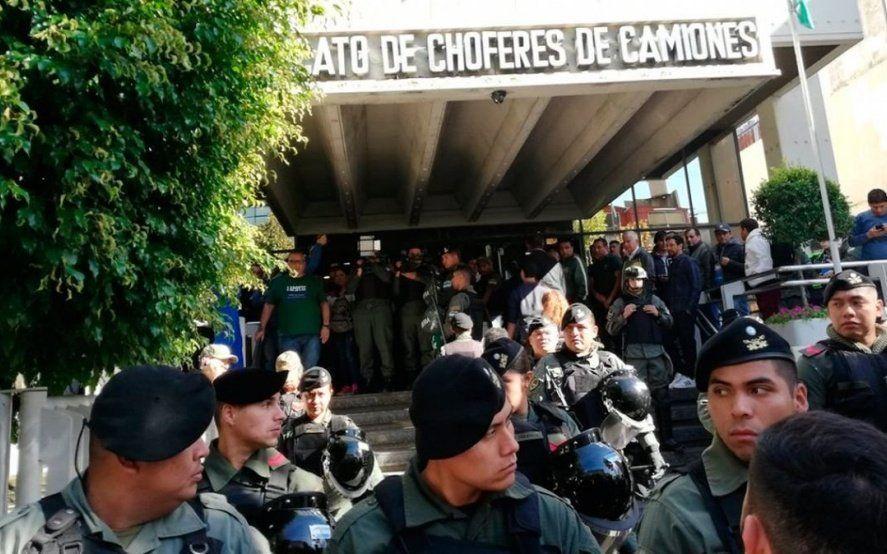 Más de 150 gendarmes rodean el sindicato de Camioneros con Hugo y Pablo Moyano adentro