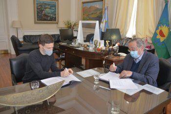 Costa y Lunghi firmaron el convenio para que Tandil reciba casi 9 millones.