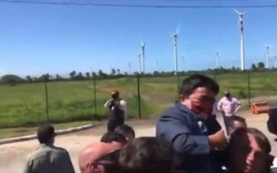 La confusión viral de Bolsonaro: pensó que era un nene y le hizo upa