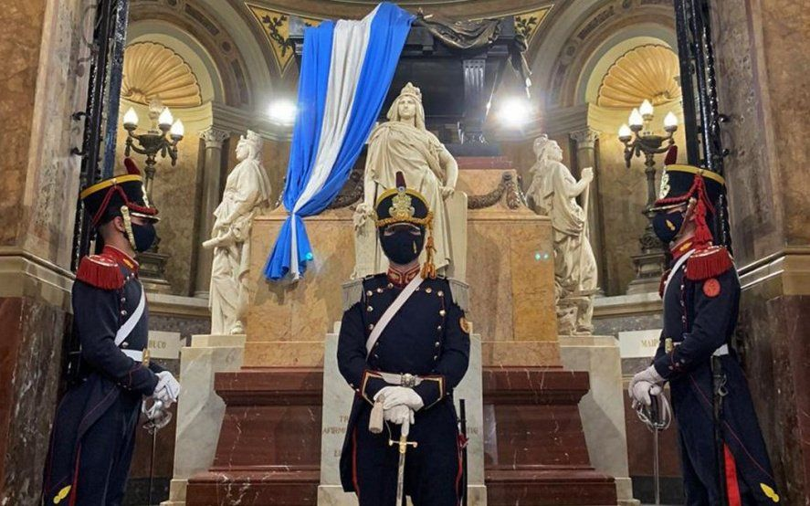 El emocionante homenaje de Granaderos frente al mausoleo de San Martín