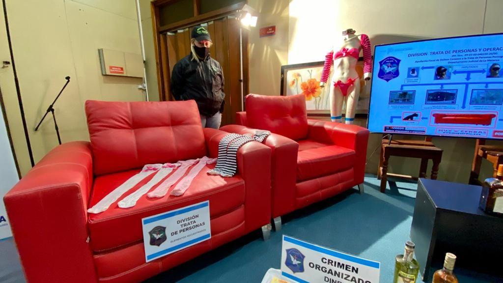 En estos sofás rojos el acusado habría sometido a las menores