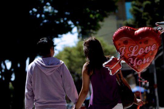 #felizsanvalentin: el dia de los enamorados tambien se celebra con memes en las redes sociales