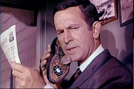 Maxwell Smart y su zapatófono en la serie Super Agente 86