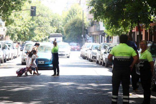 refuerzan los operativos de transito para combatir el flagelo de la doble fila en escuelas de la plata