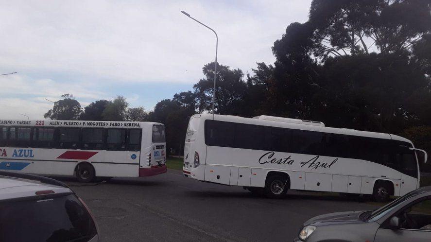 Los trabajadores cortan la Ruta 2 en reclamo de salarios adeudados (Foto: Twitter Diego Pablo Fernández)