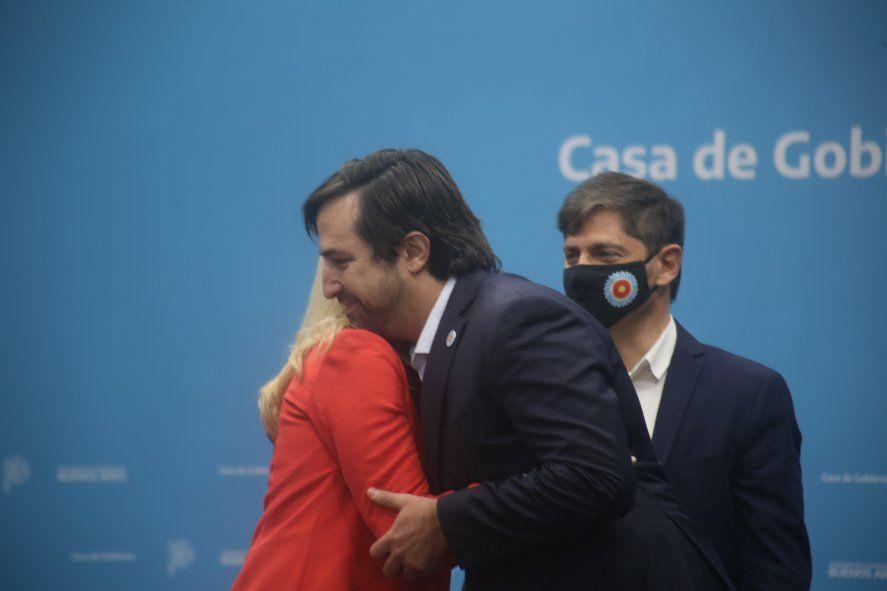El abrazo de Nicolás Kreplak con Verónica Magario luego de jurar como Ministro, ante la atenta mirada del gobernador Axel Kicillof.