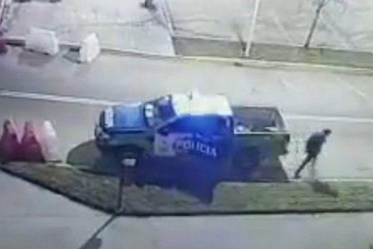 lomas de zamora: se durmieron dos policias y un detenido se escapo esposado desde un patrullero