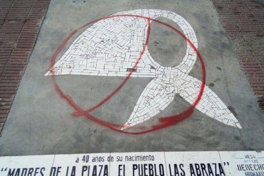 indignante: vandalizaron un homenaje a las madres de plaza de mayo instalado en la plata