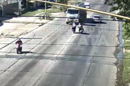 video: un motociclista choco contra otra moto y un camion