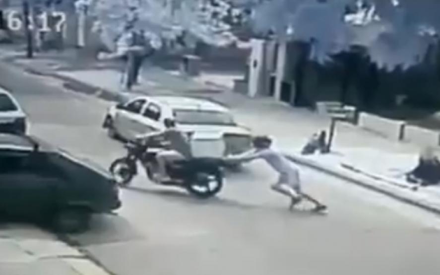 Insólito: Le robaron la moto y lo obligaron a empujarla porque no arrancaba
