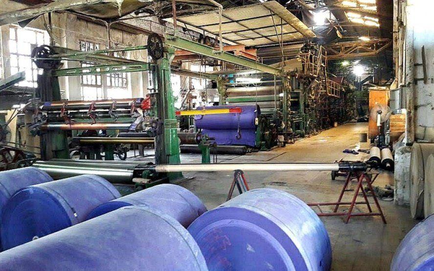 La producción industrial cayó 9,4% interanual y subió 1,7% respecto a junio