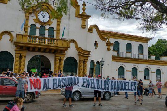 Los vecinos se congregaron frente a la municipalidad de Chascomús contra el supuesto basural en Los Ranqueles.