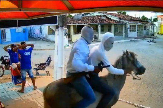 Captura del video del robo en Brasil cuando huyen los asaltantes